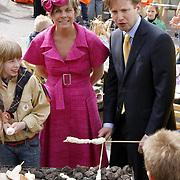 NLD/Makkum/20080430 - Koninginnedag 2008 Makkum, Laurentien en Floris aan het barbequen