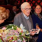 NLD/Hilversum/20121003- Boekpresentatie De Iconen van het NOS Achtuurjournaal, Frits Thors krijgt het eerste exemplaar overhandigd van schrijfster Babs Assink