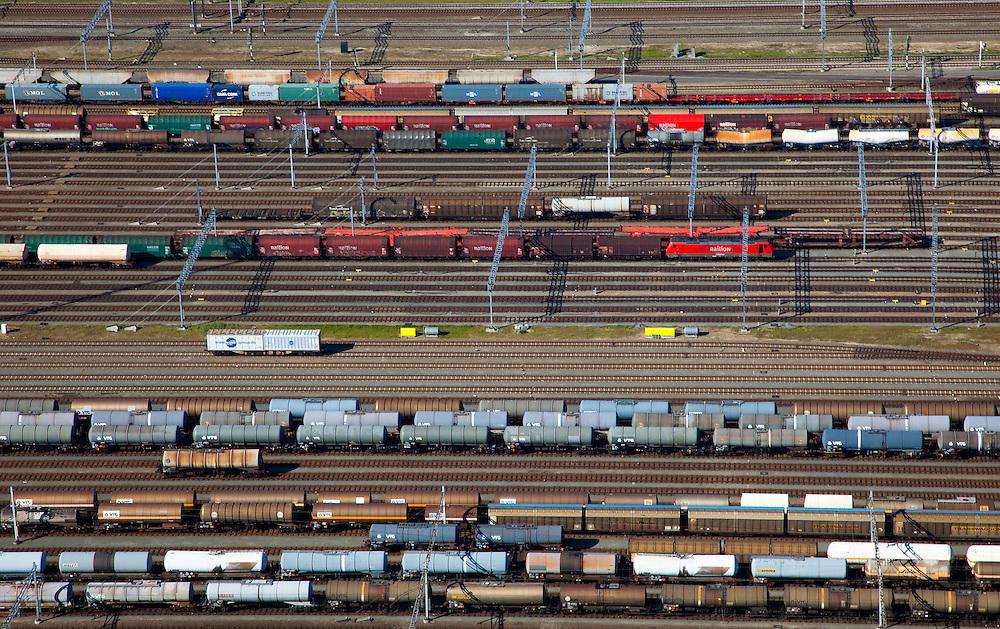 Nederland, Zuid-Holland, Zwijndrecht, 12-06-2009; Kijfhoek, rangeerterrein voor goederentreinen, detail van de verdeelsporen. .De Betuweroute, die begint als Havenspoorlijn op de Maasvlakte, verbindt via Kijfhoek de Rotterdamse haven met het achterland. Kijkhoek huisvest Keyrail, exploitant Betuweroute en is in beheer bij ProRail.Het rangeeremplacement dient voor het sorteren van goederenwagons waarbij gebruik gemaakt wordt van de zwaartekracht, het heuvelen: de wagons worden de heuvel opgeduwd, bij het de heuvel afrollen komen ze, door middel van wissels, op verschillende verdeelsporen, railremmen zorgen voor het automatisch remmen van de wagons. Na het heuvelproces staan de nieuw samengestelde treinen op aparte opstelsporen..Kijfhoek, railway yard used by ProRail and Keyrail (Betuweroute operator). Kijfhoek connects via the Betuweroute (beginning as Havenspoorlijn on the Maasvlakte), through the port of Rotterdam with the hinterland. The shunting yard for sorting wagons makes use of gravity. The new trains are assembled on separate tracks.luchtfoto (toeslag), aerial photo (additional fee required).foto/photo Siebe Swart