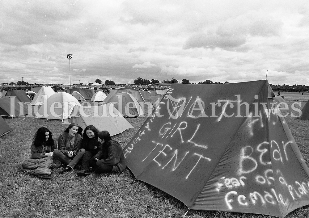 Fans enjoying themselves during the Feile Festival in Thurles, 30/07/1993 (Part of the Independent Newspapers Ireland/NLI Collection).
