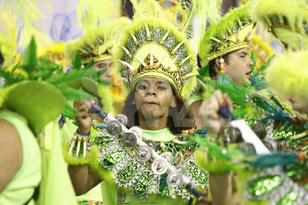 SAO PAULO, SP, 10 FEVEREIRO 2013 - CARNAVAL SP - UNIDOS DO PERUCHE - Integrantes da escola de samba Unidos do Peruche durante desfile do Grupo de Acesso no Sambódromo do Anhembi na região norte da capital paulista, neste domingo, 10 (FOTO:  LOLA OLIVEIRA / BRAZIL PHOTO PRESS)..