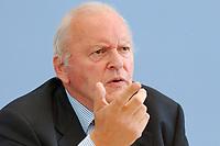 """30 SEP 2003, BERLIN/GERMANY:<br /> Roman Herzog, Bundespraesident a.D. und Vorsitzender der Kommission, Pressekonferenz zum Abschlussbericht der CDU-Kommission """"Soziale Sicherheit"""", Bundespressekonferenz<br /> IMAGE: 20030930-03-031<br /> KEYWORDS: Renten-Kommission, Bundespräsident, BPK"""