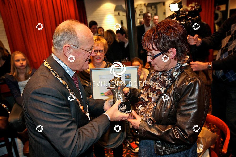 AMMERZODEN - Tijdens de jaarlijkse nieuwjaarsreceptie werd de nieuwe PAD Winnaar bekend gemaakt. Met op de foto burgemeester Dick de Cloe en winnares Truus van Willegen. FOTO LEVIN DEN BOER - PERSFOTO.NU