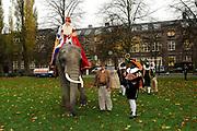 Perspresentatie van de Douwe Egberts Sinterklaasboeken in Party- en Congrescentrum Artis te Amsterdam.<br /> <br /> Op de foto:  Sinterklaas en zwarte Piet