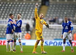 25.03.2014, St. James Park, Newcastle, ENG, Premier League, Newcastle United vs FC Everton, 28. Runde, im Bild Everton's goalkeeper Tim Howard celebrates after his side's 3-0 victory over Newcastle United // during the English Premier League 28th round match between Newcastle United and Everton FC at the St. James Park in Newcastle, Great Britain on 2014/03/25. EXPA Pictures © 2014, PhotoCredit: EXPA/ Propagandaphoto/ David Rawcliffe<br /> <br /> *****ATTENTION - OUT of ENG, GBR*****