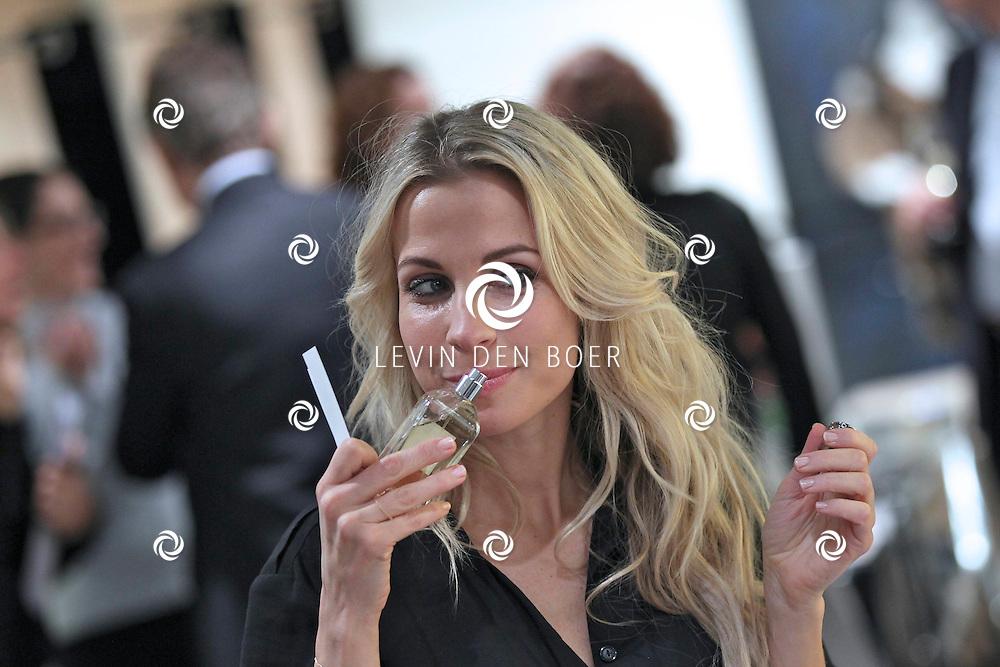 AMSTERDAM - In de PC Hooftstraat bij de bekende winkel OGER werd een Dress en Drinks evenement gehouden. De nieuwste collectie van Oger werd gepresenteerd en gelijk ook de daarbij behorende Chateau wijnen. Met op de foto Vivian Reijs. FOTO LEVIN DEN BOER - PERSFOTO.NU