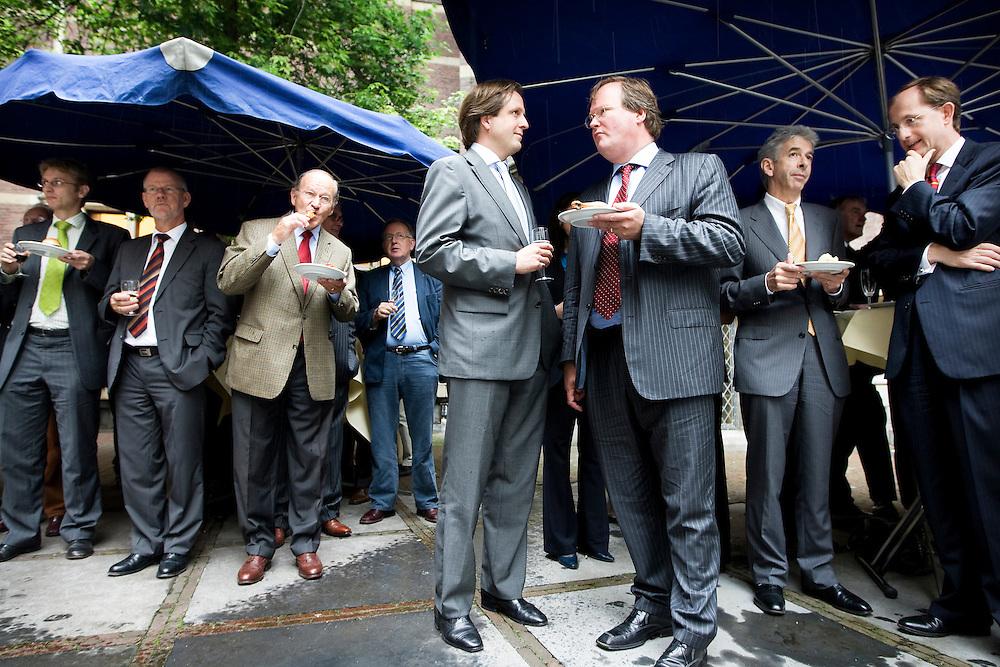 Nederland. Den Haag, 5 juli 2007.<br /> Schuilen voor de regen, Alexander Pechtold in gesprek met VVD-er Hans van Baalen, rechts in beeld : minister Plasterk.<br /> Met de traditionele Binnenhof Barbecue wordt donderdag in Den Haag door de Tweede Kamer het zomerreces ingeluid. <br /> Foto Martijn Beekman <br /> NIET VOOR TROUW, AD, TELEGRAAF, NRC EN HET PAROOL