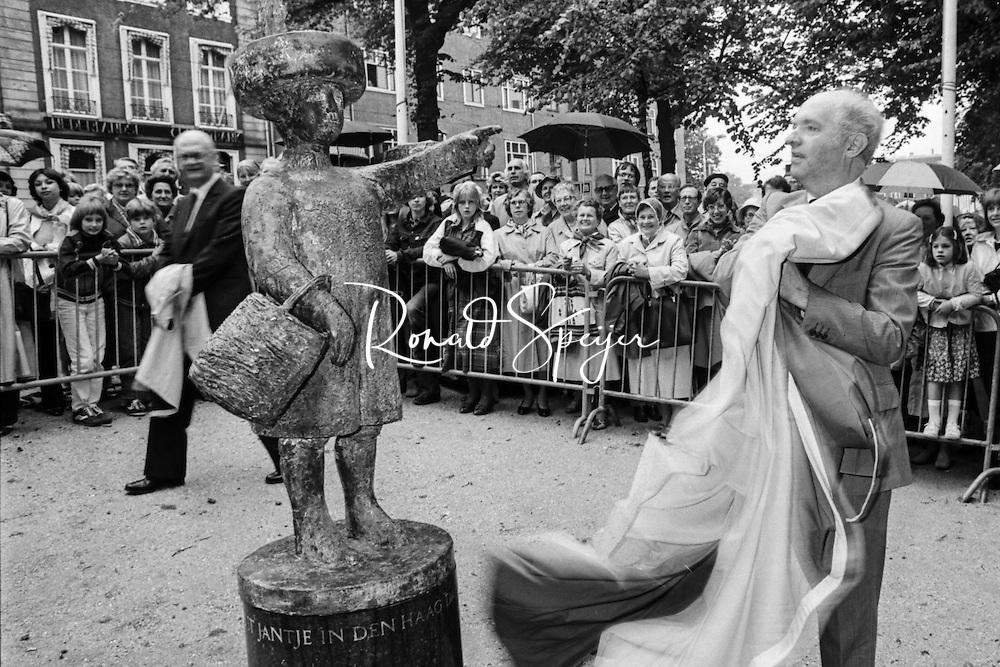 """Den Haag - Vijverberg 28-06-1981<br /> Burgemeester SCHOLS onthult het beeld van Haags Jantje dat de stad kreeg ter gelegenheid van de opening van winkelcentrum Babylon. In 1976 maakte de Haagse kunstenaar Ivo Coljé een standbeeld naar het kinderliedje 'In Den Haag daar woont een graaf'. Het werd een bronzen jongetje met een hoed met een pluim en aan zijn arm een mandje met paddenstoelen. Het jongetje wijst met zijn vinger naar het Binnenhof, eertijds de zetel van graven van Holland. Op de sokkel staat """"In Den Haag daar woont een graaf en zijn zoon heet Jantje"""".<br /> <br /> © Ronald Speijer"""