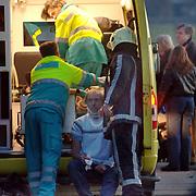 NLD/Naardenaren/20060114 - Vliegtuigje neergestort Amersfoortsestraatweg Naarden, 2 gewonden, inwoners uit Duitsland, verzorging gewonde, ambulance, nekkraag