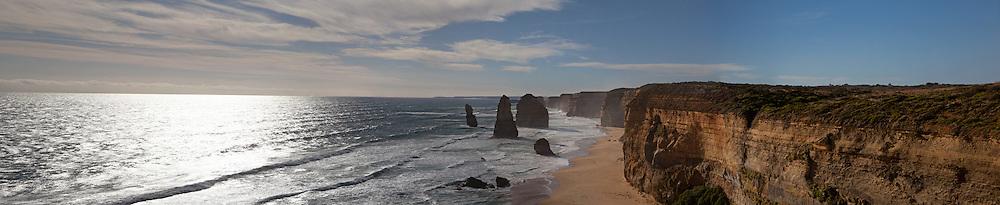 Emiliano Albensi<br /> Australia<br /> <br /> Meravigliosi percorsi costieri, antichi sentieri nel cuore della foresta pluviale, panorami mozzafiato e incredibili cascate. Tutto questo &egrave; la Great Ocean Road.<br /> <br /> La Great Ocean Road si snoda per 104 chilometri, lungo la spettacolare costa occidentale della regione Victoria, dall'idilliaca Apollo Bay fino alla famosa spiaggia dei Dodici Apostoli.<br /> <br /> Lungo la Great Ocean Road &egrave; possibile immergersi tra gli alberi ad alto fuso, le antiche piante, le cascate e i felci rigogliosi della Otway Rainforest, uno dei migliori paesaggi pluviali dell'Australia.<br /> <br /> Ma &egrave; possibile anche ammirare incredibili panorami marini e passeggiare su spiagge deserte.<br /> <br /> Walk the Great Ocean Road region's stunning coastal tracks and ancient rainforest trails and see breathtaking ocean views or dramatic waterfalls. <br /> <br /> Immerse yourself in some of Australia's best rainforest scenery in the Otway Rainforest amongst tall trees, ancient plant life, waterfalls and lush ferns. <br /> <br /> The Great Ocean Road twists and turns along Victoria's spectacular west coast, stretching 104 kilometres from the idyllic resort town of Apollo Bay to within sight of the magnificent 12 Apostles. <br /> <br /> Weave through beautiful national parks, walk deserted beaches and gaze over pristine marine sanctuaries.