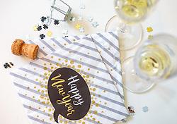 THEMENBILD - am Jahreswechsel wird mit Sekt angestossen. Sektgläser und eine Sektflasche arrangiert auf einem Tisch mit festlichen Servietten und Glücksklee Konfetti, aufgenommen am 17. Dezember 2017, Kaprun, Österreich // At the turn of the year sparkling wine is served. Champagne glasses and a champagne bottle arranged on a table with festive napkins and lucky clover confetti on 2017/12/17, Kaprun, Austria. EXPA Pictures © 2017, PhotoCredit: EXPA/ Stefanie Oberhauser