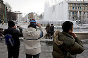 Tourists shooting souvenir photos in front of a frozen fountain at piazza Castello in Milan, February 5, 2012. Italy is hit by an atmospheric disturbance of Siberian origin. © Carlo Cerchioli..Turisti prendono foto ricordo di frnte alla fontana ghiacciata in piazza Castello a Milano, 5 febbraio 2012. L'Italia è colpita da una perturbazione atmosferica di origine siberiana.