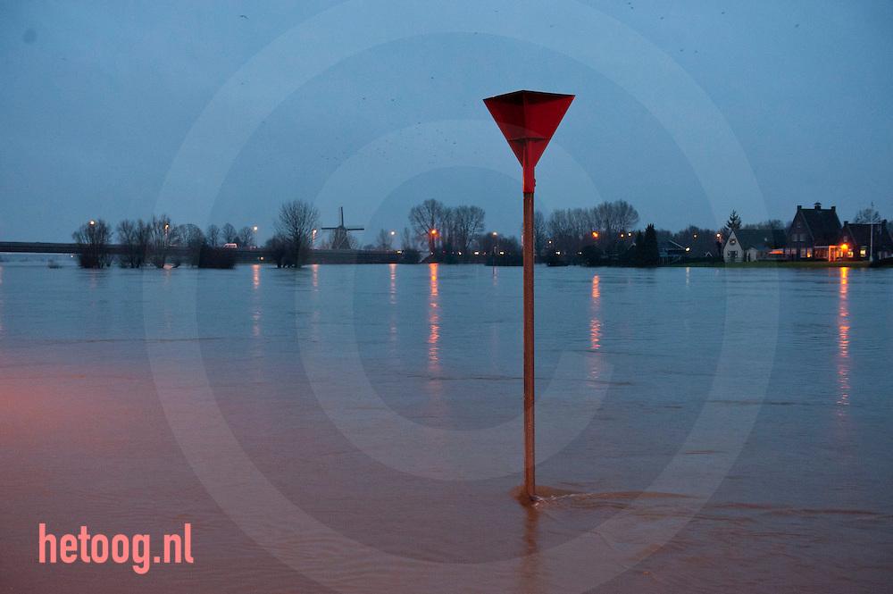 nederland, deventer, ijssel 13jan2011 de ijssel bij deventer treedt buiten haar oevers. De ijsselkade dreigt onder water te lopen en zandzakken worden geplaatst  om het water tegen te houden.