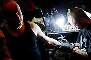 ROTTERDAM - Ruim 175 tattoo artiesten van over de hele wereld zijn dit weekend aan het werk tijdens s lands grootste internationale Tattoo Conventie. Alles op het gebied van tatoeages, de nieuwste trends en technieken zijn te bewonderen.
