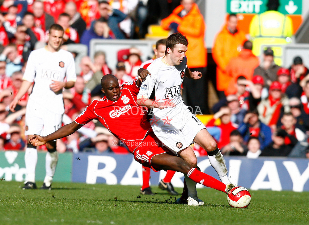 Liverpool, England - Saturday, March 3, 2007:  Liverpool's Mohamed Sissoko and Manchester United's Michael Carrick during the Premiership match at Anfield. (Pic by David Rawcliffe/Propaganda)