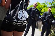 Deutschland | Garmisch-Partenkirchen | 05.06.2015: G7 Gipfel in Elmau bei Garmisch-Partenkirchen. Protestzug mit ca. 450 Teilnehmern vom Camp zum Marschall-Komplex der US Armee in Garmisch.<br /> <br /> hier: Block G7 Rucksack<br /> <br /> 20150605<br /> <br /> NUTZUNG HONORARPFLICHTIG!<br /> [Inhaltsveraendernde Manipulation des Fotos nur nach ausdruecklicher Genehmigung des Fotografen. Vereinbarungen ueber Abtretung von Persoenlichkeitsrechten/Model Release der abgebildeten Person/Personen liegt/liegen nicht vor.] [No Model Release | No Property Release]
