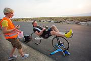 Robert Braam is bezig met de warming up. Het team test de VeloX V in de woestijn. Het Human Power Team Delft en Amsterdam (HPT), dat bestaat uit studenten van de TU Delft en de VU Amsterdam, is in Amerika om te proberen het record snelfietsen te verbreken. Momenteel zijn zij recordhouder, in 2013 reed Sebastiaan Bowier 133,78 km/h in de VeloX3. In Battle Mountain (Nevada) wordt ieder jaar de World Human Powered Speed Challenge gehouden. Tijdens deze wedstrijd wordt geprobeerd zo hard mogelijk te fietsen op pure menskracht. Ze halen snelheden tot 133 km/h. De deelnemers bestaan zowel uit teams van universiteiten als uit hobbyisten. Met de gestroomlijnde fietsen willen ze laten zien wat mogelijk is met menskracht. De speciale ligfietsen kunnen gezien worden als de Formule 1 van het fietsen. De kennis die wordt opgedaan wordt ook gebruikt om duurzaam vervoer verder te ontwikkelen.<br /> <br /> Robert Braam during warming up. The team tests the VeloX V. The Human Power Team Delft and Amsterdam, a team by students of the TU Delft and the VU Amsterdam, is in America to set a new  world record speed cycling. I 2013 the team broke the record, Sebastiaan Bowier rode 133,78 km/h (83,13 mph) with the VeloX3. In Battle Mountain (Nevada) each year the World Human Powered Speed Challenge is held. During this race they try to ride on pure manpower as hard as possible. Speeds up to 133 km/h are reached. The participants consist of both teams from universities and from hobbyists. With the sleek bikes they want to show what is possible with human power. The special recumbent bicycles can be seen as the Formula 1 of the bicycle. The knowledge gained is also used to develop sustainable transport.