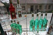 Jindrichuv Hradec/Tschechische Republik, Tschechien, CZE, 31.08.2007: Das Unternehmen Hill´s Liquere S.R.O. wurde 1920 von Albin Hill  gegründet. Die Tradition wurde 1947 von Radomil Hill weitergeführt - heute wird das Unternehmen von seiner Tochter Ilona Musialova geleitet. Hill´s Absinth wird in der südböhmischen Stadt  Jindrichuv Hradec produziert. Schaufenster des Verkaufsraums der Hill's Brennerei.<br /> <br /> Jindrichuv Hradec/Czech Republic, CZE, 31.08.2007: Albin Hill established Hill's Liguere in 1920. He started out as a wine wholesaler and soon after he began producing his own liquor and liqueurs. In 1947 his son Radomil Hill continues this tradition and today his daughter Ilona Musialova is leading the company. Shopping window of the Hill's distillery.