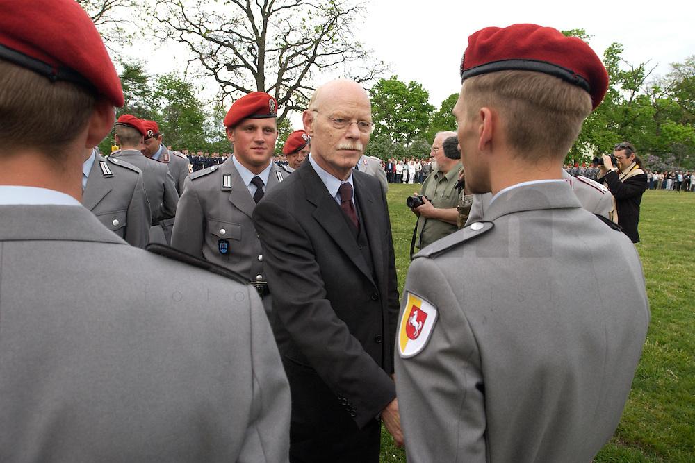 06 MAY 2004, ORANIENBURG/GERMANY:<br /> Peter Struck, SPD, Bundesverteidigungsminister, waehrend einem oeffentlichen Geloebnis von Grundwehrdienstleistenden der Bundeswehr, Schlosspark, Oranienburg<br /> Peter Struck, Federal Minister of Defense, during a swearing-in ceremony of the federal armed forces<br /> IMAGE: 20040506-02-009<br /> KEYWORDS: Vereidigung, &ouml;ffentliches Gel&ouml;bnis