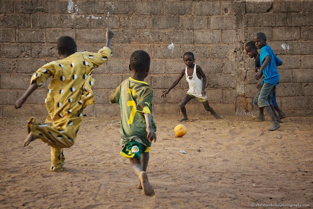 Fußball spielende Kinder im Dorf Sune in Senegal