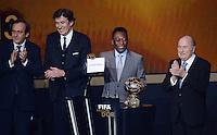 Fussball International  FIFA Ballon d Or   13.01.2014 Vizepraesident Michel PLATINI (Frankreich, FIFA-Exekutivkomitee und UEFA Praesident), Francois Moriniere (li, ASO Gruppe / L Equipe), Pele (Mitte, Brasilien) mit einem Schild des Siegers Cristiano Ronaldo (Portugal) und FIFA Praesident Joseph S. Blatter (re, Schweiz)