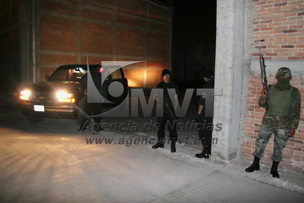 Toluca, Mex.- Fue clausurada una toma clandestina de gasolina, en una bodega ubicada en la zona industrial de esta ciudad, durante un operativo en el que participaron el Ejercito, Agencia Federal de Investigaciones, Polic&iacute;a Estatal y Polic&iacute;a Municipal, con cerca de 80 elementos. Agencia MVT / Arturo Rosales. (DIGITAL)<br /> <br /> NO ARCHIVAR - NO ARCHIVE