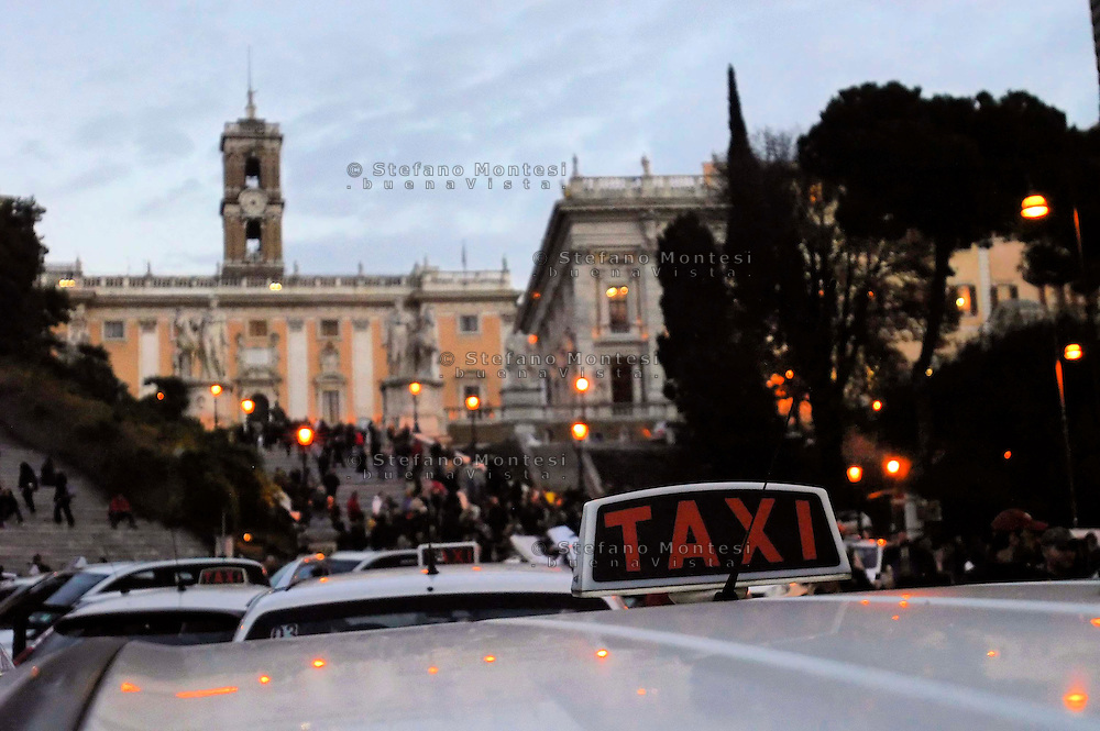 Roma 28 Novembre 2007.Manifestazione di protesta e assedio del Campidoglio contro la proposta del sindaco Walter Veltroni  di rilasciare 500 nuove  licenze per  i Taxi.