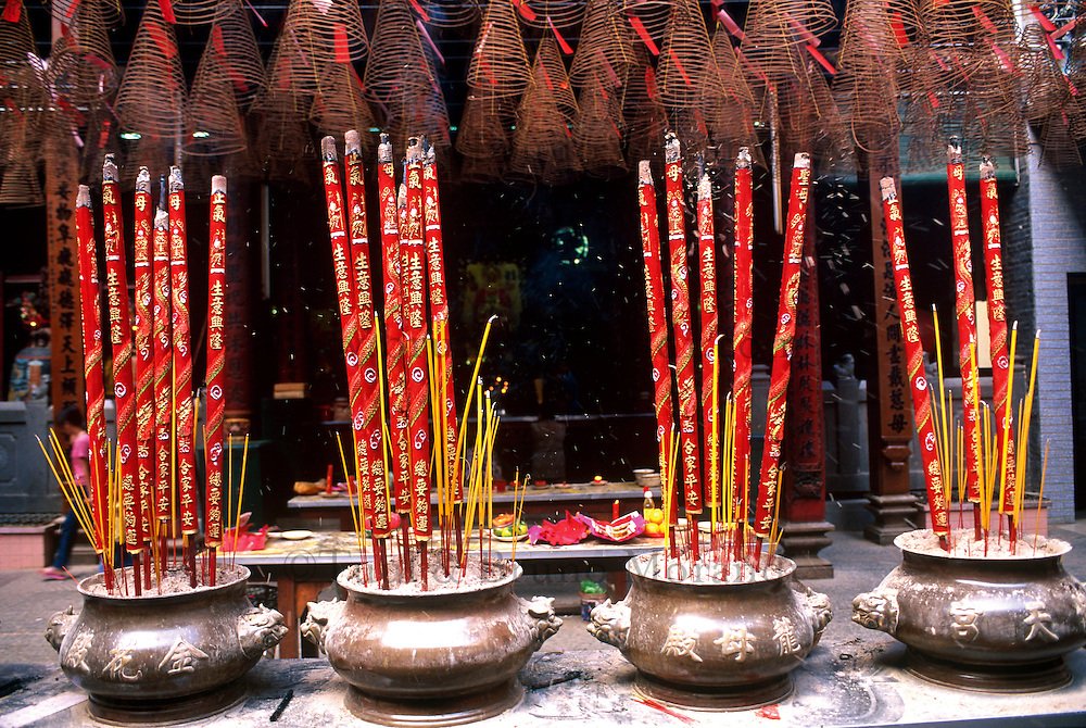 Vietnam. Ho Chi Minh-Ville (Saigon). Pagode de Quan Am dans le quartier chinois de Cholon. Encens. // Vietnam. Ho Chi Minh City (Saigon). Quan Am pagoda on the chinese quarter of Cholon. Incense.