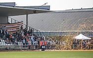FODBOLD: FC Helsingør fans byder spillerne velkommen på banen under kampen i NordicBet Ligaen mellem Fremad Amager og FC Helsingør den 2. april 2017 i Sundby Idrætspark. Foto: Claus Birch