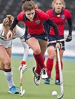 AMSTERLVEEN - Juliette Hentenaar (m) van Laren in duel met Emily Hurtz van A'dam (l) zondag tijdens de competitiewedstrijd tussen de vrouwen van Amsterdam en Laren. (2-1). FOTO KOEN SUYK