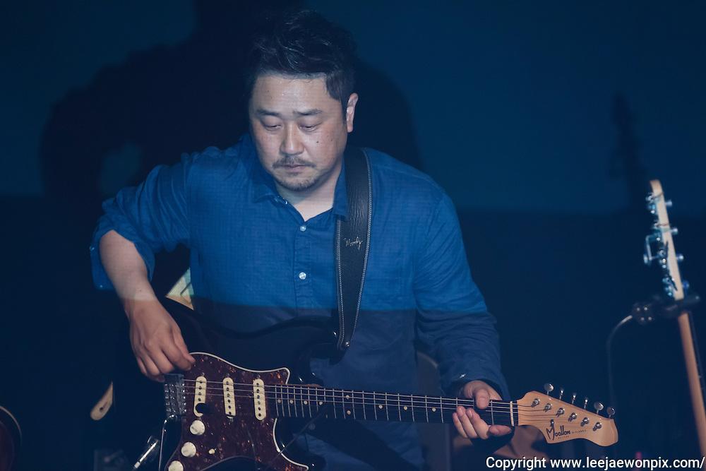 Guitarist Gong Jeong-hoon performs during a showcase of South Korean singer-songwriter Baekja's third album at Seongsu art-hall in Seoul, South Korea, September 8, 2016. Photo by Lee Jae-Won (SOUTH KOREA)  www.leejaewonpix.com