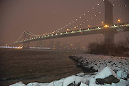 New York under the snow . the Manhattan bridge  .  on the east river,  New York - United states  /  le pont de  Manhattan  sur l east river  New York - Etats-unis