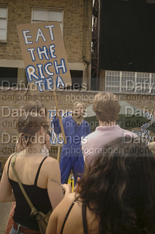 GAVIN TURK SELLING SIGNED RICH TEA BISCUITS, The Art Car Boot Fair, Truman Brewery, Brick Lane. London. 4 June 2006. ONE TIME USE ONLY - DO NOT ARCHIVE  © Copyright Photograph by Dafydd Jones 66 Stockwell Park Rd. London SW9 0DA Tel 020 7733 0108 www.dafjones.com