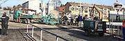 Ludwigshafen. 24.10.14 Nach der verheerenden Gasexplosion am Donnerstag in Ludwigshafen-Oppau hat die Feuerwehr das letzte Gasleck gegen drei Uhr am Freitagmorgen geschlossen. Das teilte die Feuerwehr auf Anfrage mit. Die Absperrung mit einem Radius von etwa 150 Meter rund um die Explosionsstelle wird derzeit aufgehoben. Die Bewohner, die in diesem Radius leben, k&ouml;nnen in ihren H&auml;usern bleiben. Zuvor hatten die Einsatzkr&auml;fte aufgrund des neu entdeckten Lecks noch keine Entwarnung gegeben.<br /> Am Freitag zeigt sich das Ausmass der Explosion.<br /> - Ein provisorische Glasfaserleitung wird verlegt.<br /> Bild: Markus Pro&szlig;witz 24OCT14 / masterpress