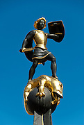 """Brunnen vor der """"Alten Münz"""" zum Gedenken an die Toten der Weltkriege. In der Mitte der Heilige Georg mit dem erlegten Drachen."""
