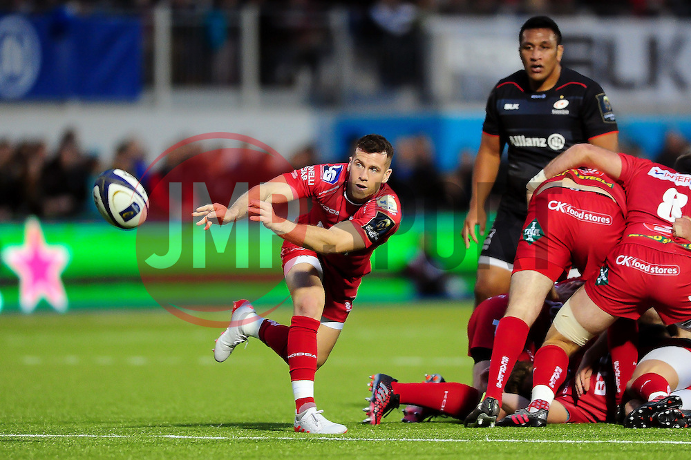 Gareth Davies of the Scarlets passes the ball - Mandatory byline: Patrick Khachfe/JMP - 07966 386802 - 22/10/2016 - RUGBY UNION - Allianz Park - London, England - Saracens v Scarlets - European Rugby Champions Cup.