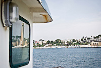 Il Monumento al Marinaio in viale Duca degli Abbruzzi a Brindisi riflesso nel vetro di una finestra della cabina di una nave ancorata nel porto di Brindisi. 29/05/2010 PH Gabriele Spedicato