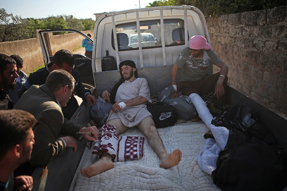 Two man return from Turkey where they got medical treatment after beeing wounded during clashes in Syria.