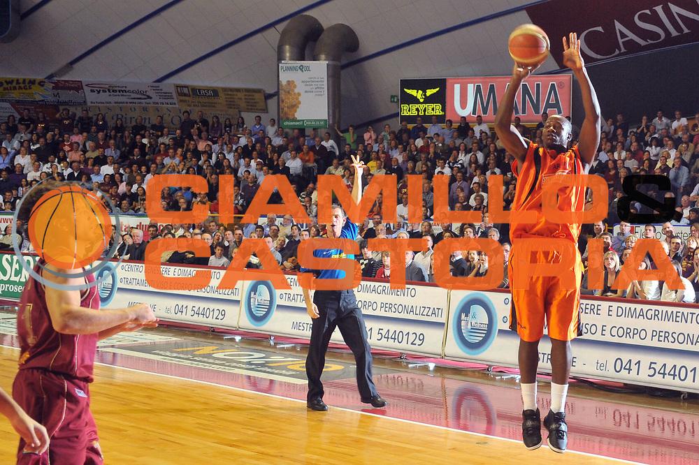 DESCRIZIONE : Venezia Lega A2 2009-10 Umana Reyer Venezia Snaidero Udine<br /> GIOCATORE : Demetric Bennett<br /> SQUADRA : Snaidero Udine <br /> EVENTO : Campionato Lega A2 2009-2010<br /> GARA : Umana Reyer Venezia Snaidero Udine<br /> DATA : 18/10/2009<br /> CATEGORIA : Tiro<br /> SPORT : Pallacanestro <br /> AUTORE : Agenzia Ciamillo-Castoria/M.Gregolin