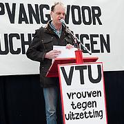 Vrouwen Tegen Uitzetting (VTU) voert op 14 april 2012 een 'lig-actie' op de Dam.Tégen het op straat zetten van vluchtelingen, vóór fatsoenlijke opvang.VTU is een netwerk van Nederlandse en vluchtelingenvrouwen met en zonder verblijfsvergunning. VTU zet zich in voor een goed asielbeleid en aandacht voor de positie van vrouwelijke vluchtelingen.Het protest richt zich in de eerste plaats tegen het op straat zetten van vluchtelingen en pleit voor fatsoenlijke opvang. Maar er komt meer aan de orde. Diverse sprekers belichten of bezingen het wetsontwerp over 'gewortelde kinderen', het Kinderpardon, de schandalig hoge legeskosten en de slordige, haastige, asielprocedure.Om 15.00 u worden één voor één de namen van vluchtelingen  opgelezen die op straat zijn gezet, terwijl de aanwezigen op de Dam gaan liggen om te laten zien hoeveel asielzoekers op straat moeten leven.Sprekers zijn o.a. Vincent Bijloo cabaretier; Marieke Doorninck (Groen Links gem Amsterdam); Khadija Arib (2e K PvdA); Tofik Dibi (2e K GroenLinks)Stephanie Mbanzendore - Burundese en Myra. .Op de foto Vincent Bijloo cabaretier. Foto JOVIP/JOHN VAN IPEREN