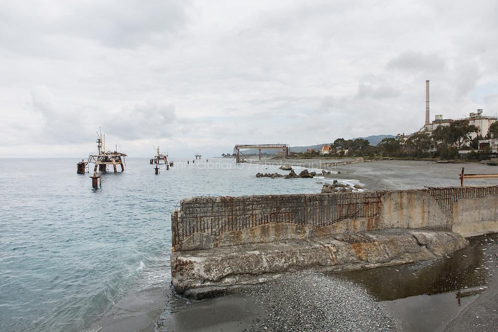 MONTEBELLO IONICO (RC), ITALIA - 14 APRILE 2014: L'insediamento industriale della ex Liquichimica Biosintesi nella frazione di Saline Ioniche, a Montebello Ionico, il 14 aprile 2014
