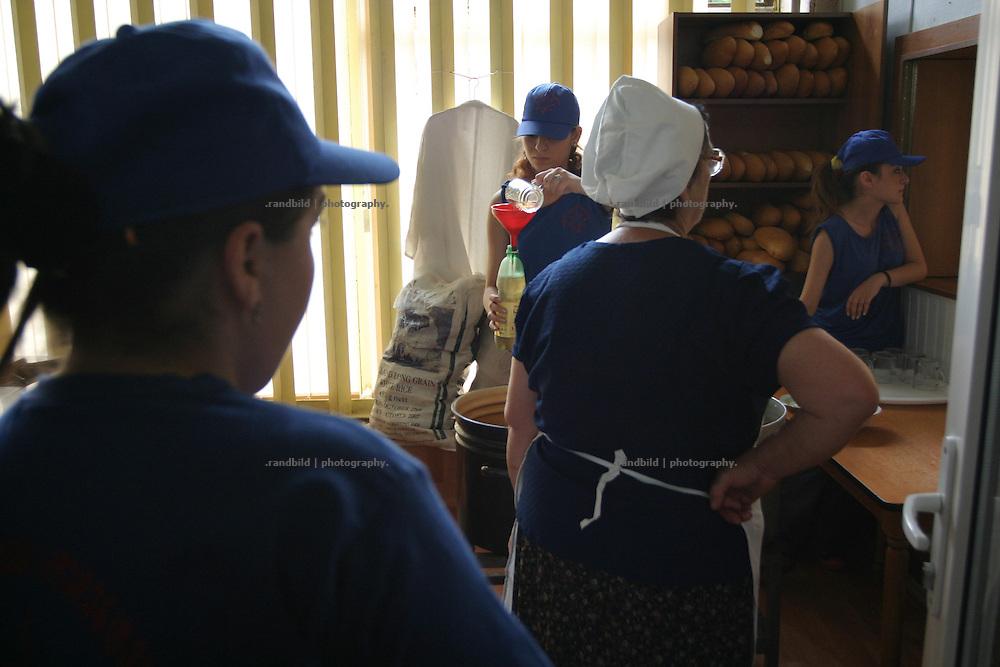 Die Essensausgabe einer Armenküche in Tiflis, Georgien. - The Bar of a poor peoples canteen in Tbilisi, Georgia