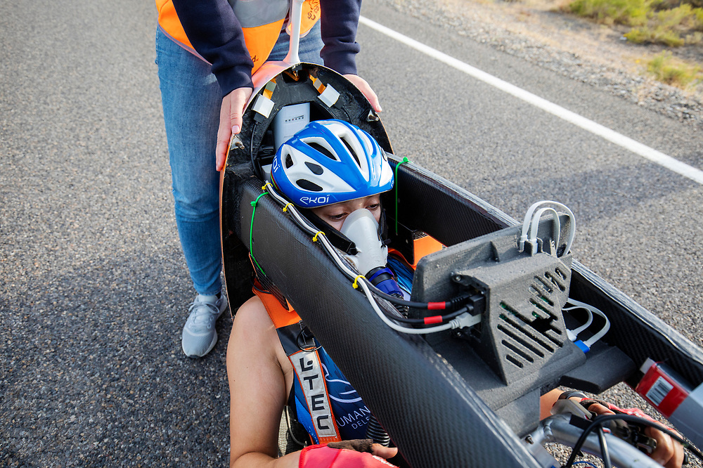 Atlete Jennifer Breet komt aan met de Velox tijdens de avondruns op de tweede racedag. Het Human Power Team Delft en Amsterdam, dat bestaat uit studenten van de TU Delft en de VU Amsterdam, is in Amerika om tijdens de World Human Powered Speed Challenge in Nevada een poging te doen het wereldrecord snelfietsen voor vrouwen te verbreken met de VeloX 9, een gestroomlijnde ligfiets. Het record is met 121,81 km/h sinds 2010 in handen van de Francaise Barbara Buatois. De Canadees Todd Reichert is de snelste man met 144,17 km/h sinds 2016.<br /> <br /> With the VeloX 9, a special recumbent bike, the Human Power Team Delft and Amsterdam, consisting of students of the TU Delft and the VU Amsterdam, wants to set a new woman's world record cycling in September at the World Human Powered Speed Challenge in Nevada. The current speed record is 121,81 km/h, set in 2010 by Barbara Buatois. The fastest man is Todd Reichert with 144,17 km/h.