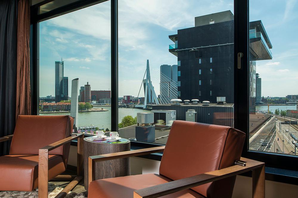 Themakamer Intell hotel Mainport Rotterdam met uitzicht op Erasmusbrug, Leuvenhaven en Nieuwe Maas.