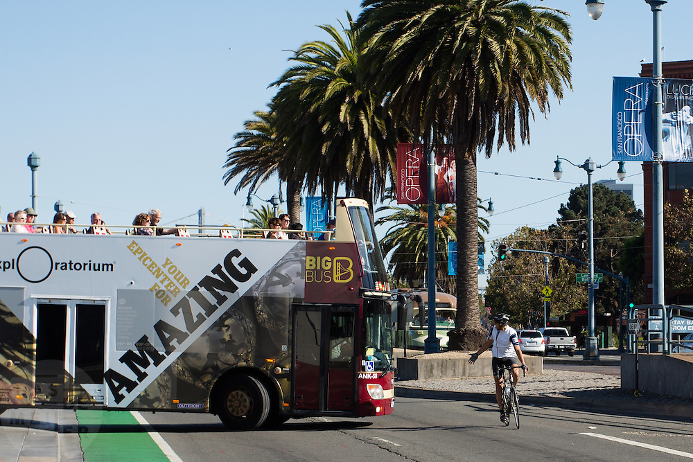 Een fietser in San Francisco moet voorbij een bus die het fietspad blokkeert. De Amerikaanse stad San Francisco aan de westkust is een van de grootste steden in Amerika en kenmerkt zich door de steile heuvels in de stad. Ondanks de heuvels wordt er steeds meer gefietst in de stad.<br /> <br /> A cyclist has to pass a bus that blocks the bike lane in San Francisco. The US city of San Francisco on the west coast is one of the largest cities in America and is characterized by the steep hills in the city. Despite the hills more and more people cycle.