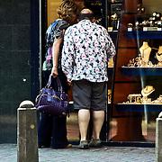NLD/Laren/20080524 - Jaap van Zweden en partner Aaltje van Buuren kijken in de etalage van een juwelier in Laren NH