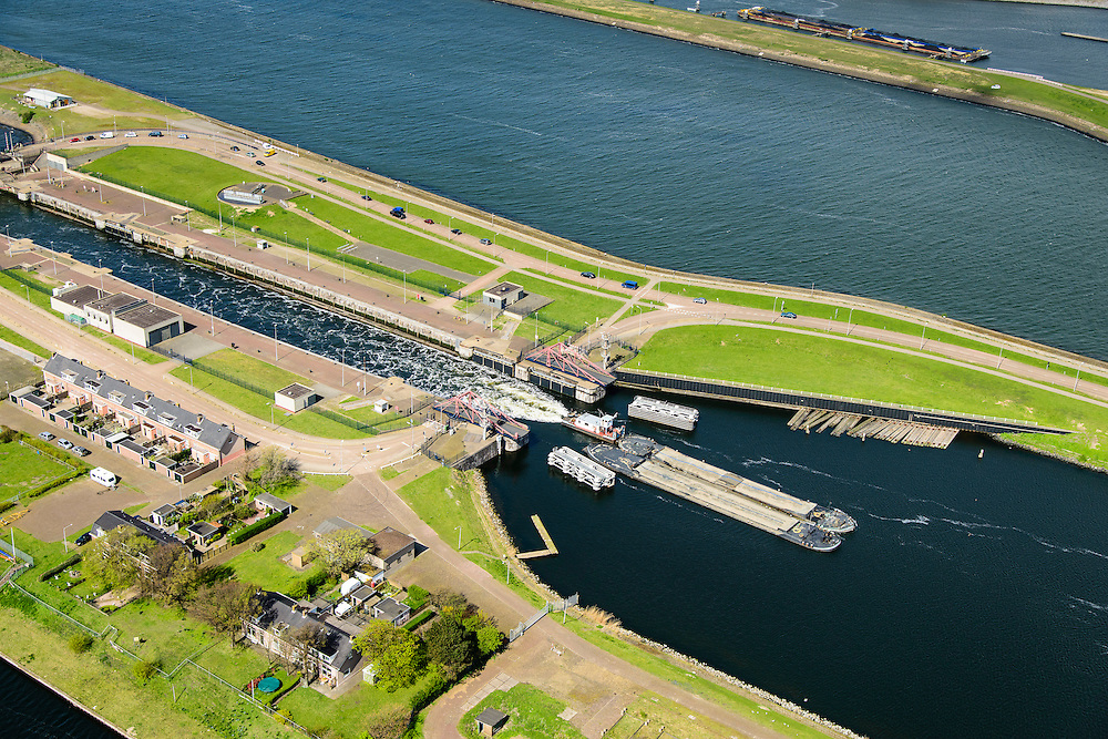 Nederland, Noord-Holland, Gemeente Velsen, 09-04-2014; Noordzeekanaal met sluizen IJmuiden. Duwbakken verlaten de Middensluis.<br /> Entrance Noorzee-channel with locks.<br /> luchtfoto (toeslag op standard tarieven);<br /> aerial photo (additional fee required);<br /> copyright foto/photo Siebe Swart