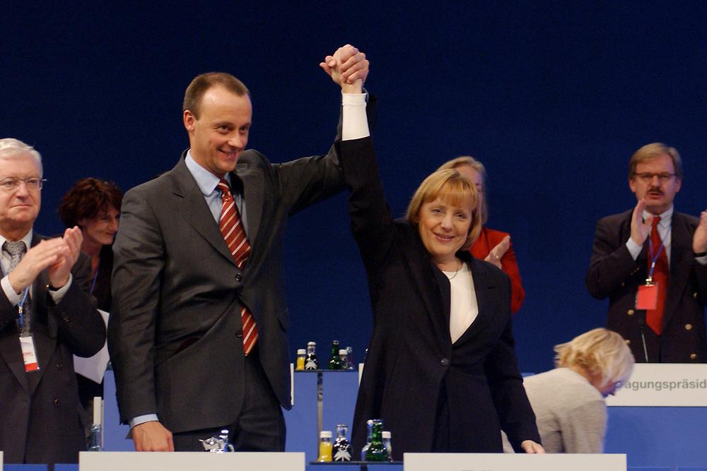 04 DEC 2001, DRESDEN/GERMANY:<br /> Friedrich Merz, CDU, CDU/CSU Fraktionsvorsitzender, und Angela Merkel, CDU Bundesvorsitzende, nach der Rede von Merz, CDU Bundesparteitag, Messe Dresden<br /> IMAGE: 20011204-01-018<br /> KEYWORDS: Parteitag, party congress, Beifall, Applaus