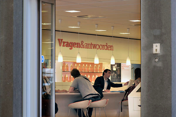 Nederland, Nijmegen, 29-8-2012Een filiaal van de ING in het centrum van de stad heeft de deur openstaan en voorbijgangers kunnen de balie voor vragen en antwoorden goed zien.Foto: Flip Franssen/Hollandse Hoogte