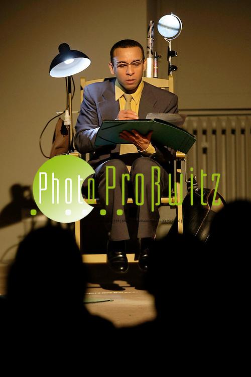 Mannheim. Schloss. Universit&permil;t. UNI. Arkadentheater. &quot;What ist the What&quot; (UA) - Lecture Performance in englischer Sprache nach dem Roman von Dave Eggers. Schauspieler Peter Pearce.<br /> <br /> <br /> Bild: Markus Proflwitz / masterpress /  <br /> <br /> ++++ Archivbilder und weitere Motive finden Sie auch in unserem OnlineArchiv. www.masterpress.org oder &cedil;ber das Metropolregion Rhein-Neckar Bildportal   ++++ *** Local Caption *** masterpress Mannheim - Pressefotoagentur<br /> Markus Proflwitz<br /> C8, 12-13<br /> 68159 MANNHEIM<br /> +49 621 33 93 93 60<br /> info@masterpress.org<br /> Dresdner Bank<br /> BLZ 67080050 / KTO 0650687000<br /> DE221362249